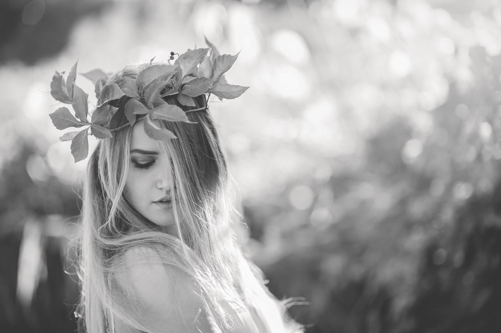 ritratto di ragazza con corona di fiori